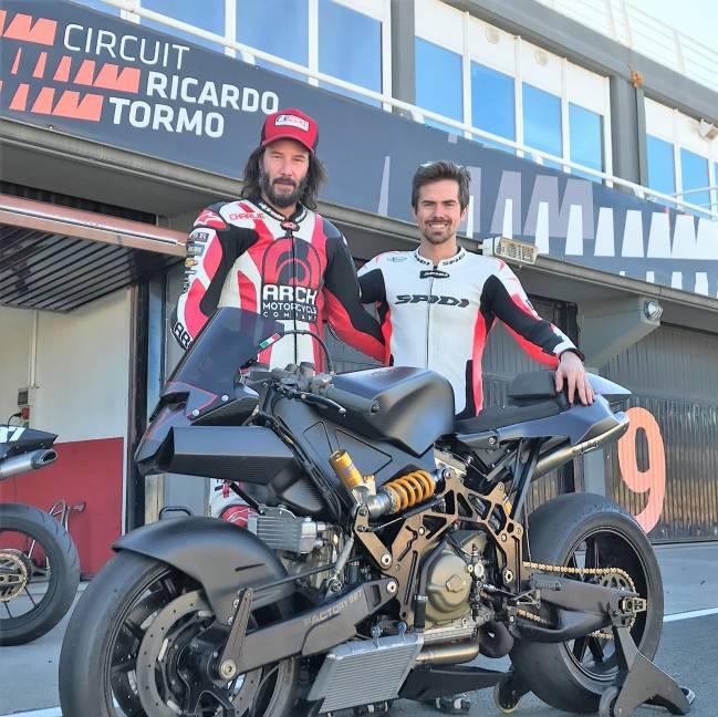 Keanu Reeves en moto junto a Nico Terol en el Ricardo Tormo