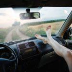 Riesgos de poner los pies en el salpicadero: Una práctica más peligrosa que cómoda