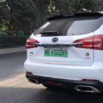 Reino Unido sigue los pasos de China: quiere 'premiar' a los propietarios de coches eléctricos con una matrícula verde