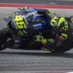 En directo: con Márquez fuera, Rins le pelea la victoria a Rossi