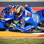 Rins logra su primera victoria en MotoGP y Márquez se cae