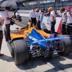 Una rueda pinchada deja a Alonso muy atrás en Indy