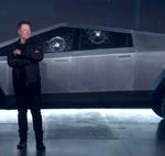 Elon Musk 'estrena' la inmensa pick-up Tesla Cybertruck llevándose un poste de señalización por delante