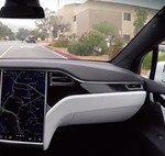 Este vídeo demuestra que el Autopilot ya permite que los Tesla se detengan solos en los semáforos, aunque sigue en pruebas