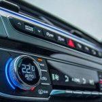 Cómo ahorrar combustible en tu coche diésel o gasolina este verano: cuándo abrir ventanillas o usar el aire acondicionado