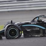 Hamilton gana con tres ruedas en un final dramático de Sainz