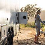 Esta caravana es un lujoso apartamento sobre ruedas capaz de cargar hasta un coche eléctrico