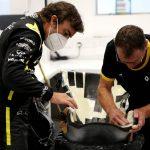 Fernando Alonso se hace el asiento para subirse al Renault