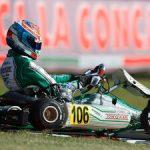 Escándalo en el mundial de karting: un piloto entra en pista para tirarle una pieza de su coche a otro
