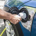 Los coches híbridos enchufables emiten hasta 2,5 veces más de lo que prometen, según un estudio