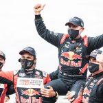 Al Attiyah y Sainz emocionan al Dakar con su gesto a Peterhansel