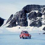 La historia del primer coche en pisar la Antártida, un incombustible Volkswagen Beetle rojo