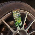 ¿Puede un iPhone sobrevivir atado a la rueda de un coche a 160 km/h?