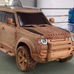 Relájate mientras un artesano talla un Land Rover Defender en madera