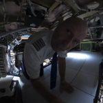 Un piloto nos enseña los compartimentos secretos del Airbus A350 (+vídeo)