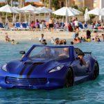 Un prototipo de coche que se conduce por el agua