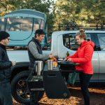 La camper definitiva: la cocina de la Rivian R1T, en vídeo y con todo lujo de detalles